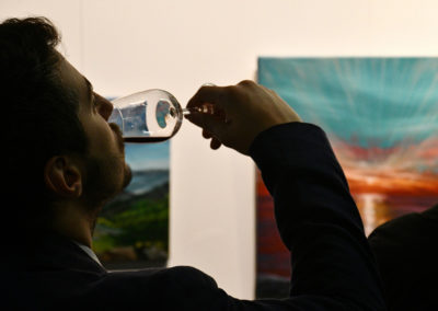 bebiendo vino en la expo