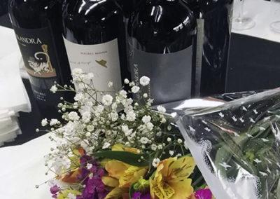 bouquet con botellas de vino
