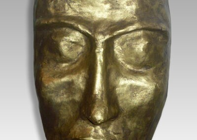 Mascara con pátina de bronce