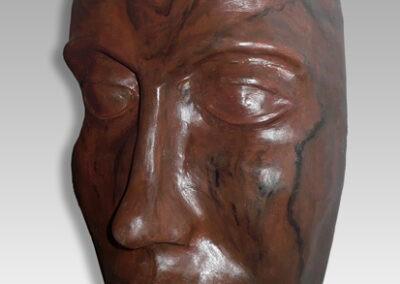 Máscara con pátina de madera lustrada